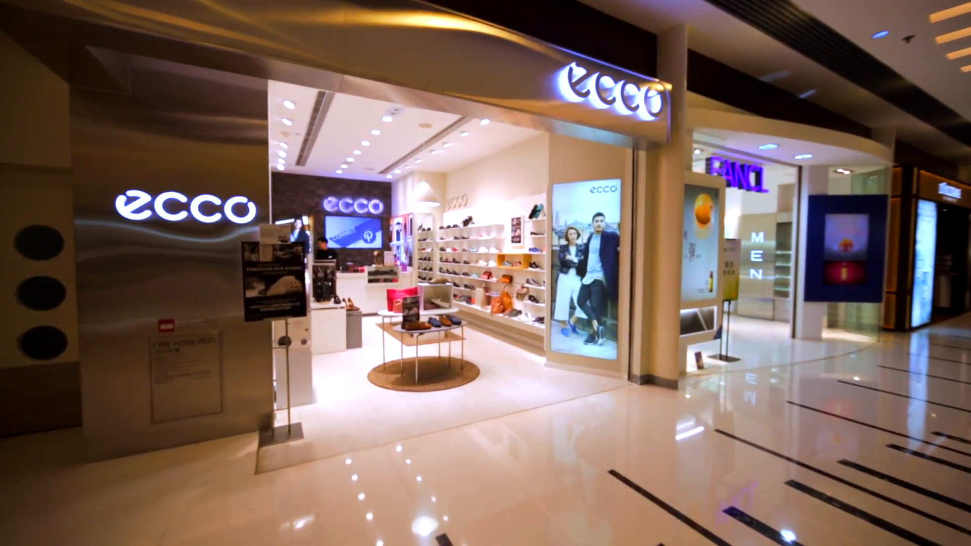 Hong-kong-china-april-2-2016-ecco-store-in-hong-kong-malla-danish-shoe-manufacturer-and-retailer-1963-the-company-produces-the-footwear-accessories-and-small-leather-goods_rbrtnemo__f0000